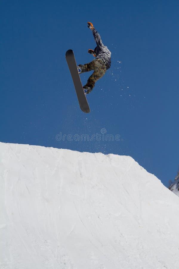 O Snowboarder salta no parque da neve, estância de esqui foto de stock royalty free