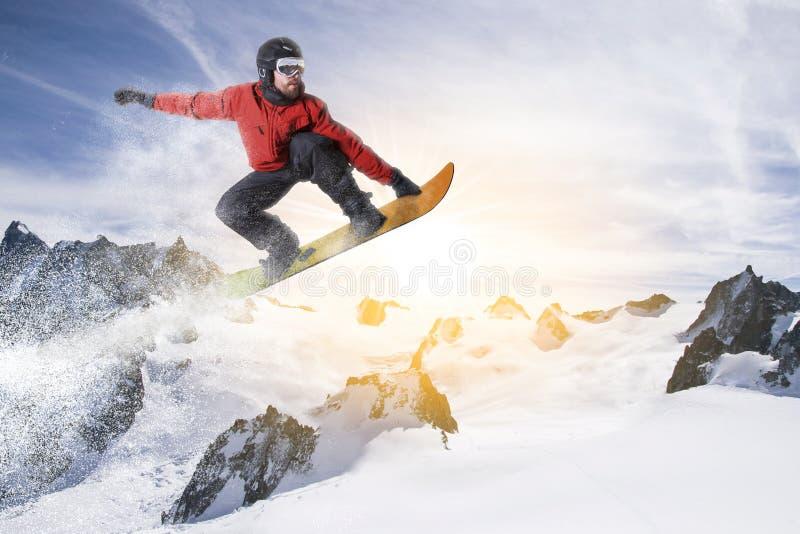 O Snowboarder salta no snowboard em uma paisagem nevado do inverno fotografia de stock royalty free