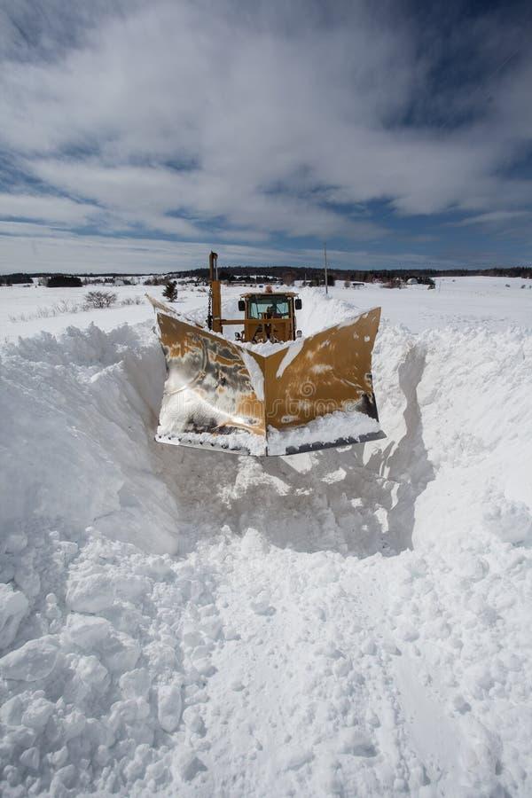 O Snowplow empurra a neve fotografia de stock royalty free