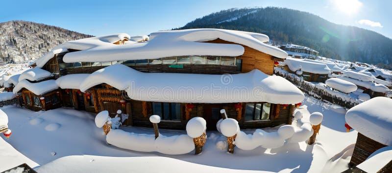 O snowscape das moradias da cidade da neve do ` s de China fotografia de stock