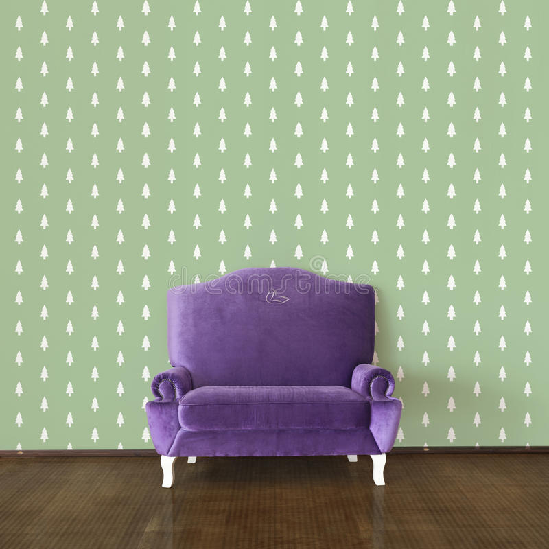 O sofá e o papel de parede roxos gostam de pinheiros ilustração do vetor