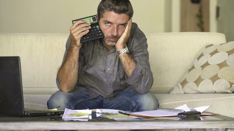 O sofá em casa forçado e desesperado da sala de visitas do homem que faz a contabilidade doméstica com sentimento do documento e  imagens de stock