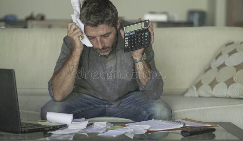 O sofá em casa forçado e desesperado da sala de visitas do homem que faz a contabilidade doméstica com sentimento do documento e  foto de stock