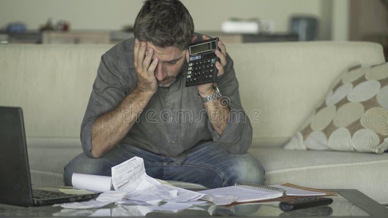 O sofá em casa forçado e desesperado da sala de visitas do homem que faz a contabilidade doméstica com sentimento do documento e  imagem de stock royalty free
