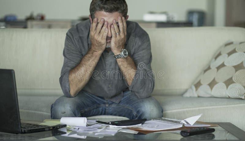 O sofá em casa forçado e desesperado da sala de visitas do homem que faz a contabilidade doméstica com sentimento do documento e  imagem de stock