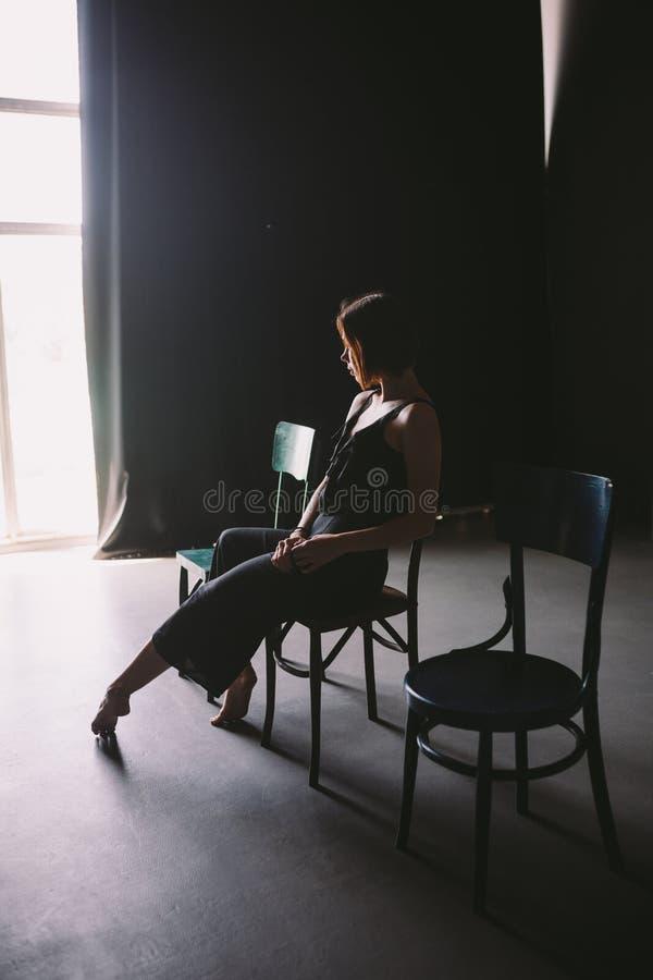 O sofrimento fêmea da dor da solidão do tema social Família masculina da violência de Abastration Uma mulher caucasiano bonita no imagens de stock