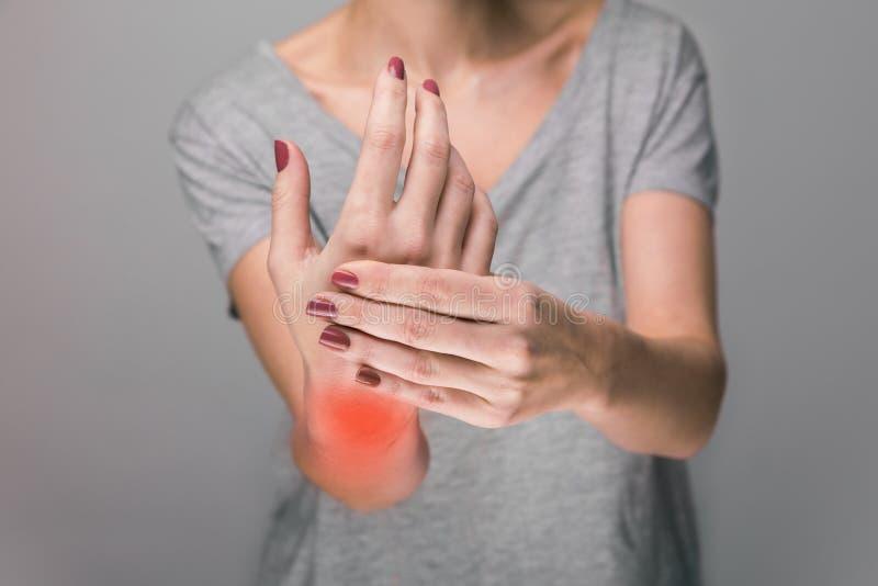 O sofrimento idoso da mulher da dor, a fraqueza e formigar em causas do pulso de dano incluem a osteodistrofia, reumatoide imagens de stock royalty free