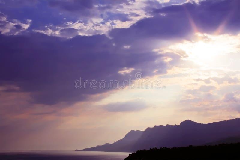 O sol é escondido nas nuvens, por do sol logo. imagens de stock royalty free