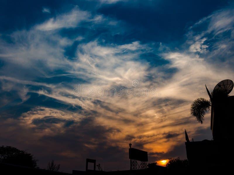 O sol a ajustar-se com nebuloso imagens de stock royalty free