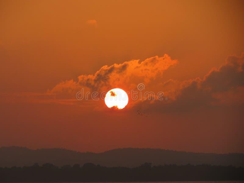 O sol atravessa para baixo as montanhas imagens de stock