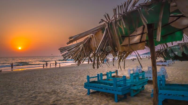 O sol cenânico pelo mar árabe em Condolim, Goa, Índia fotografia de stock