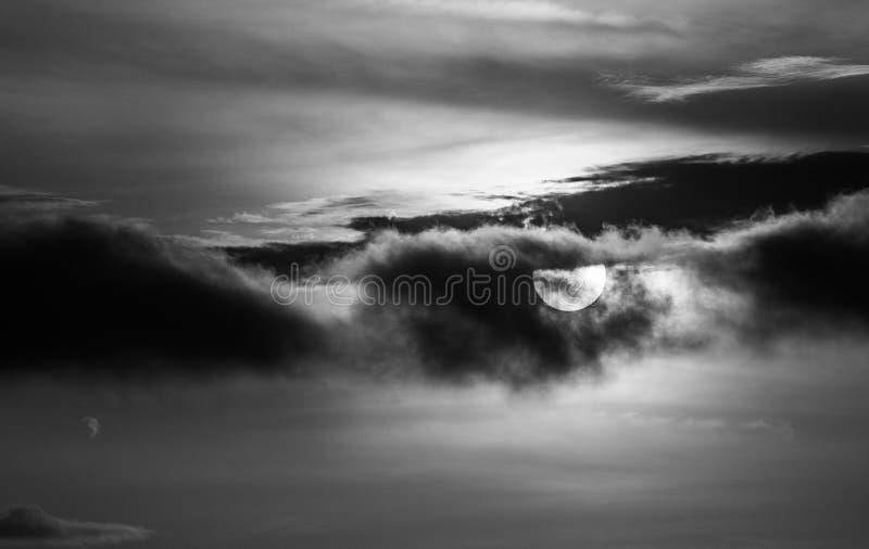 O sol com cor preto e branco imagem de stock