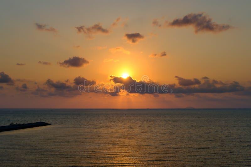 O sol da noite, o mar do pôr do sol, a bela paisagem do mar sol na praia de Pattaya, Tailândia, Sudeste Asiático foto de stock royalty free