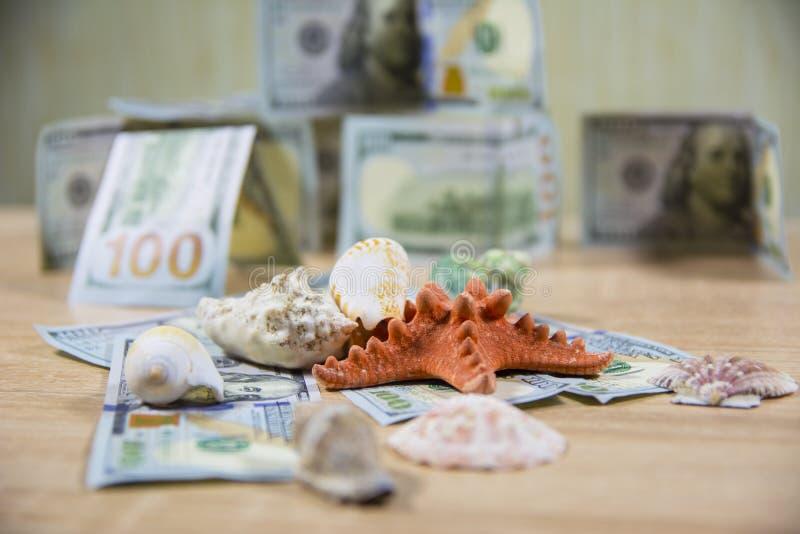 O sol da praia do dinheiro das férias descasca o fundo borrado imagens de stock royalty free