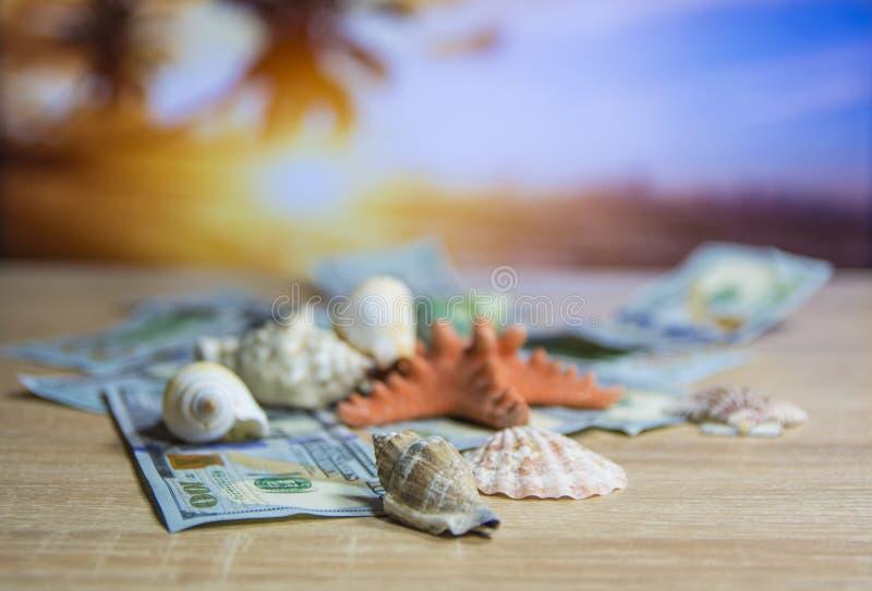 O sol da praia do dinheiro das férias descasca o fundo borrado foto de stock royalty free