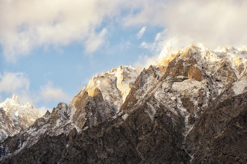 O sol de nivelamento brilha na cimeira imagem de stock royalty free
