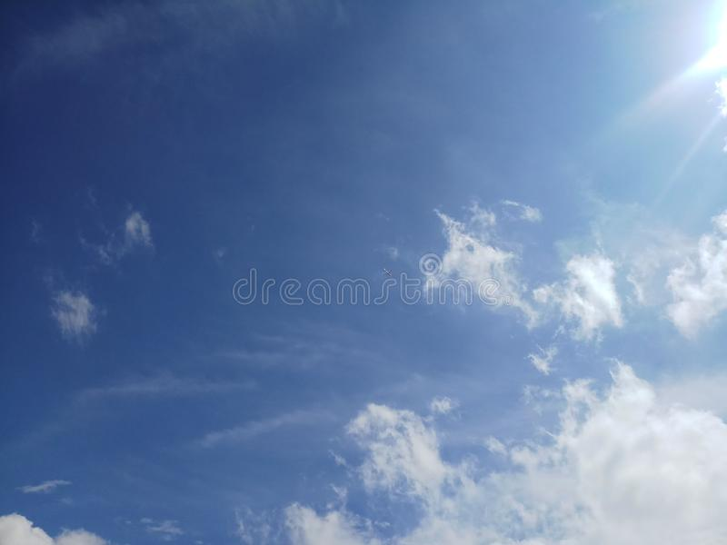 O sol do céu do voo irradia cena natural o voo escondido imagem de stock
