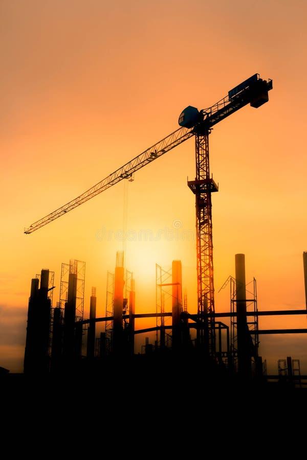 O sol dourado na noite Veja que a construção do estádio e do guindaste está trabalhando fotografia de stock