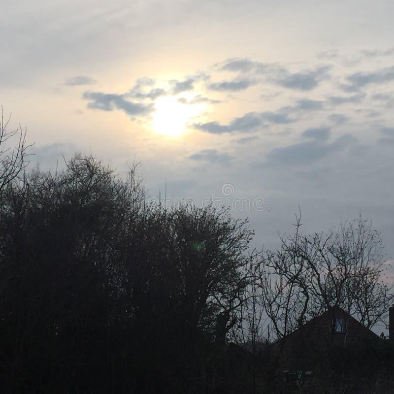 O sol e as nuvens imagens de stock
