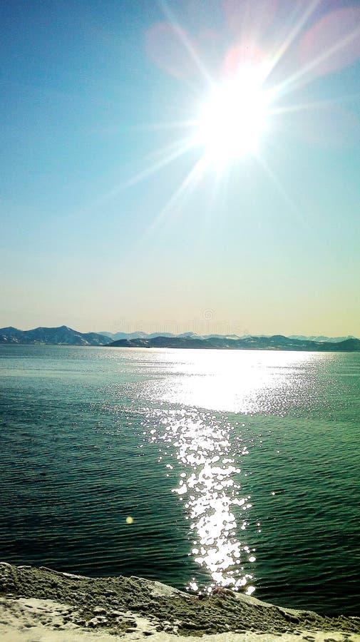 O sol em seu zênite sobre a baía de Kamchatka imagem de stock royalty free