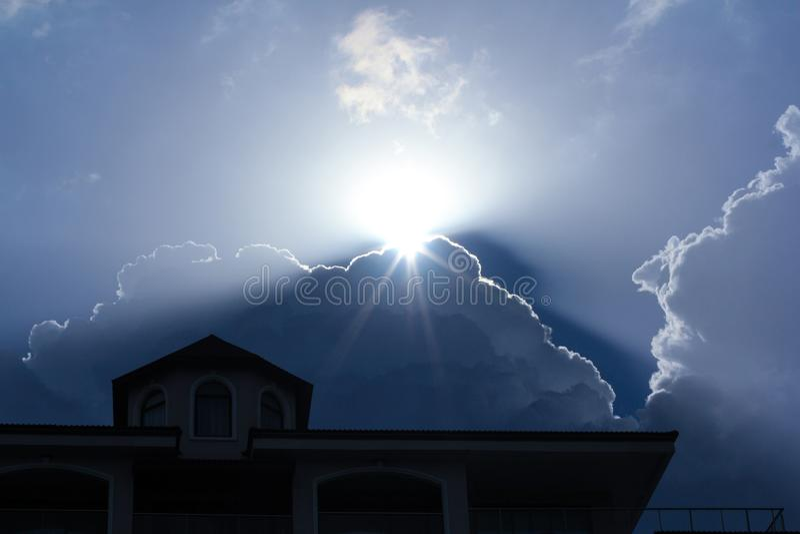 O sol está aumentando atrás da nuvem imagem de stock royalty free