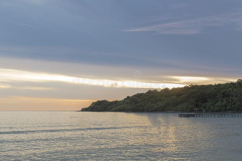 O sol está caindo, a luz é bonito fotografia de stock
