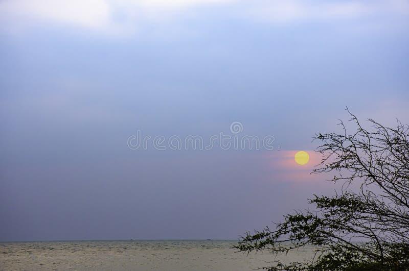 O sol na manhã que reflete as nuvens e o mar imagem de stock
