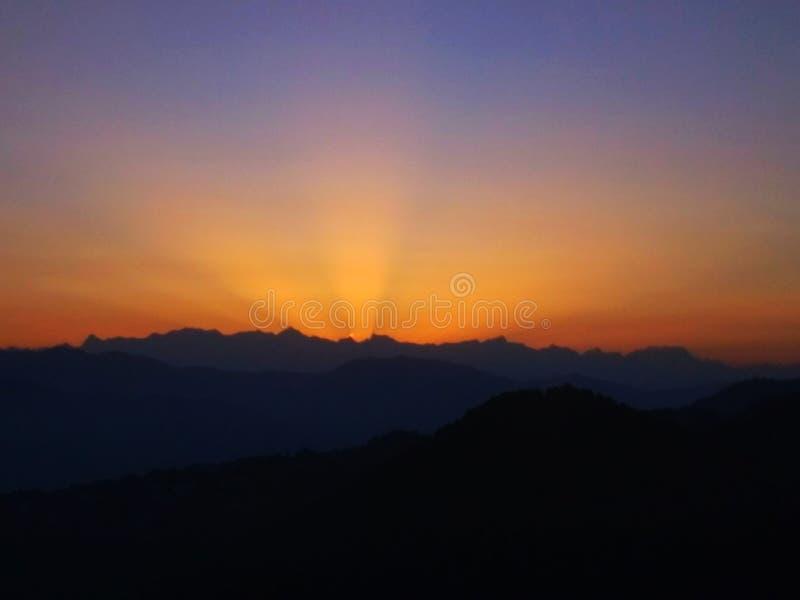 O sol nascente deshradun, índia fotos de stock