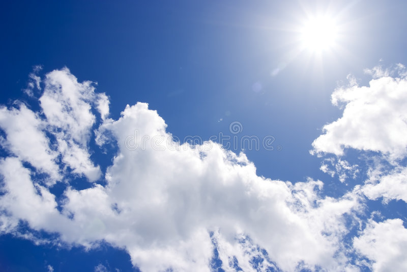 O sol no céu azul fotos de stock royalty free