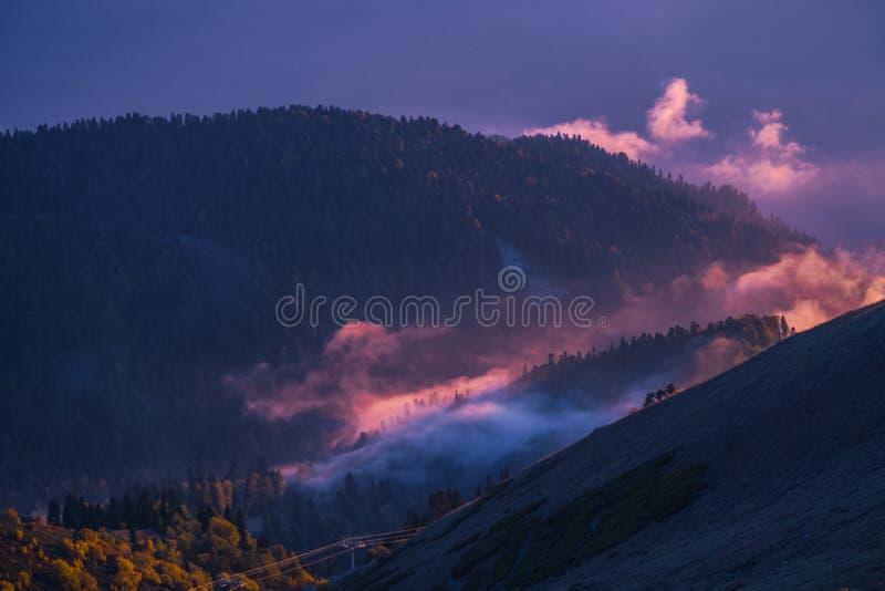 O sol sobre os picos de montanha imagem de stock royalty free