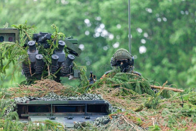 O soldado alemão senta-se em umas forças armadas camuflou inteiramente o veículo fotos de stock royalty free