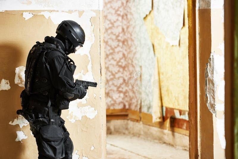 O soldado antiterrorista da pol?cia armou-se com a pistola pronta para atacar fotografia de stock royalty free