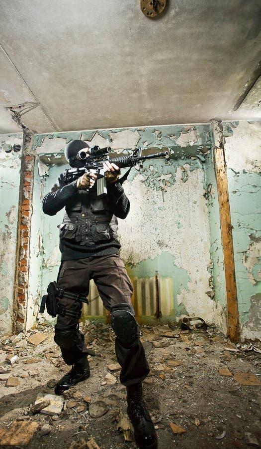 O soldado armado imagem de stock