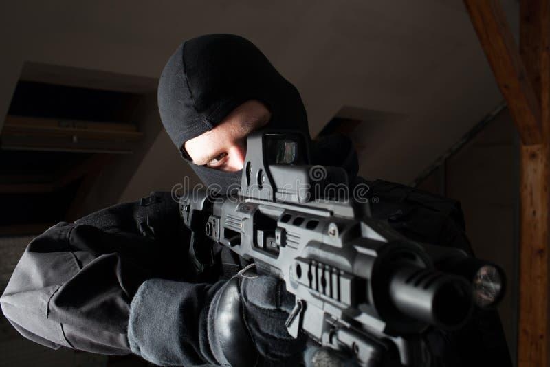 O soldado das forças especiais é apontando e de tiro no alvo fotografia de stock royalty free