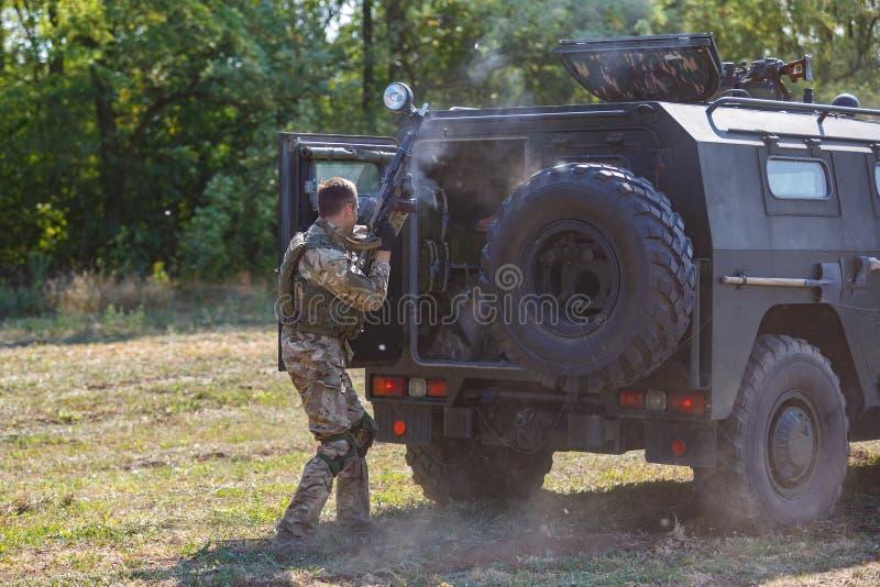 O soldado das forças especiais do russo livra reféns de um tigre do carro blindado foto de stock