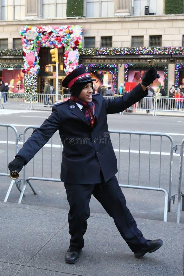 O soldado do exército de salvação executa para coleções no Midtown Manhattan imagem de stock royalty free