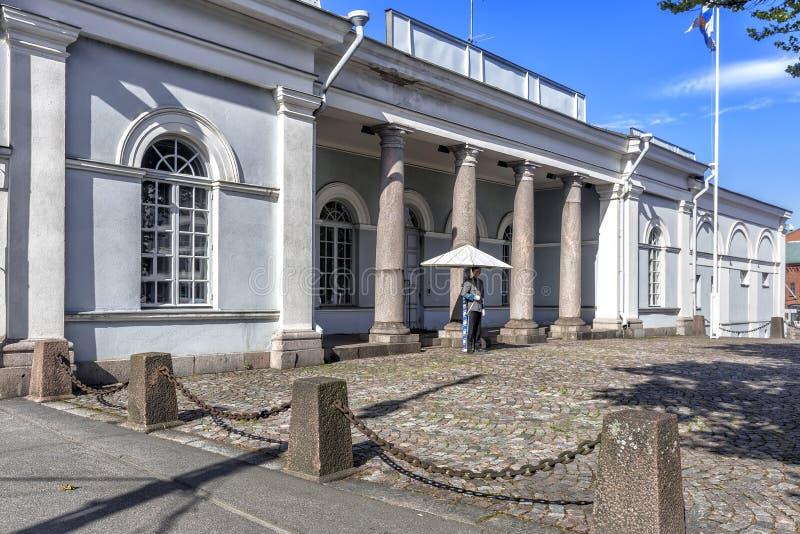 O soldado do protetor está perto do protetor principal Building no centro de Helsínquia fotografia de stock royalty free