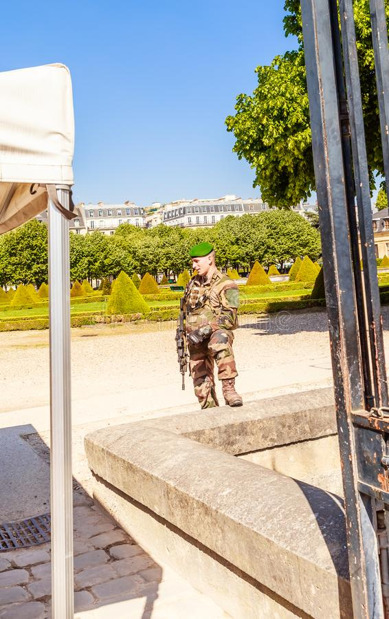O soldado francês na entrada à igreja do território da casa de desabilitou, Paris imagem de stock royalty free