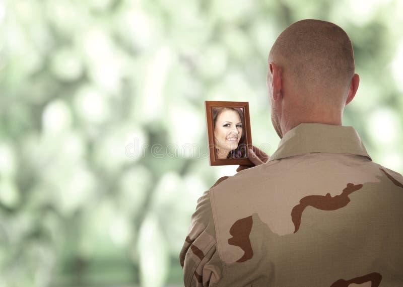 O soldado olha a imagem imagens de stock royalty free