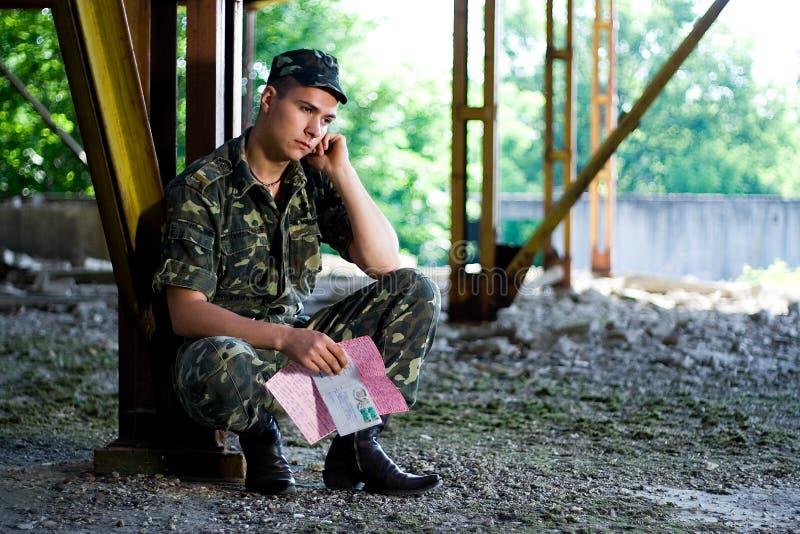 O soldado pensa foto de stock