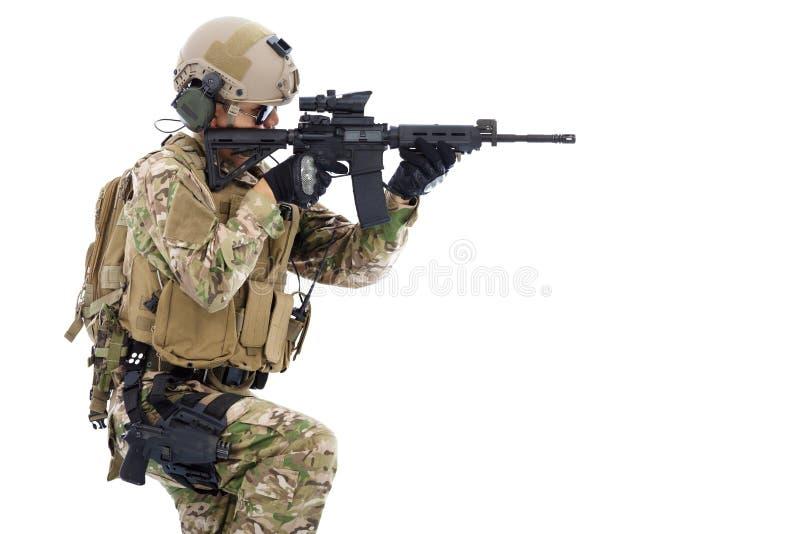 O soldado que guardam o rifle ou o atirador furtivo e aprontam-se ao tiro fotografia de stock royalty free