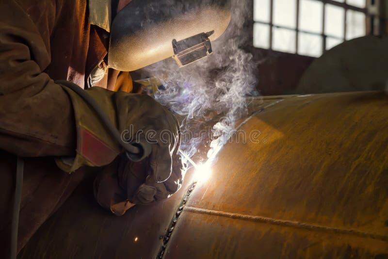 O soldador executa a tubulação de solda do grande diâmetro fotografia de stock royalty free