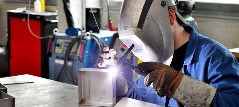 O soldador funciona na construção do metal - construção e processamento foto de stock royalty free