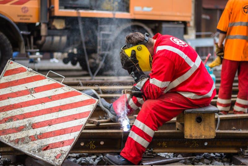 O soldador solda os trilhos no centro de Praga imagem de stock
