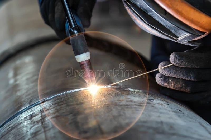 O soldador, a soldadura de arco e a solda emendam o close-up imagens de stock royalty free
