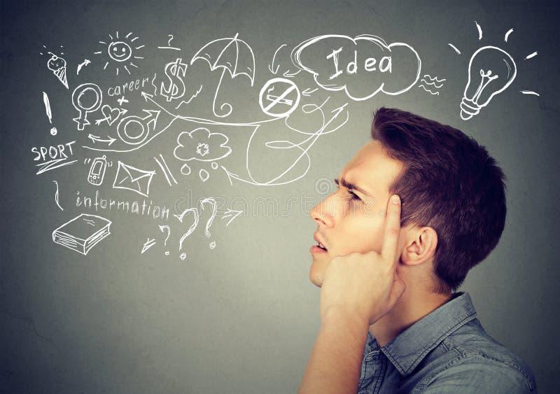 O sonho de pensamento do homem novo tem muitas ideias que olham acima imagens de stock