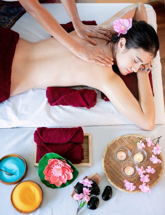 O sono asiático da mulher e relaxa na massagem e no centro dos termas foto de stock