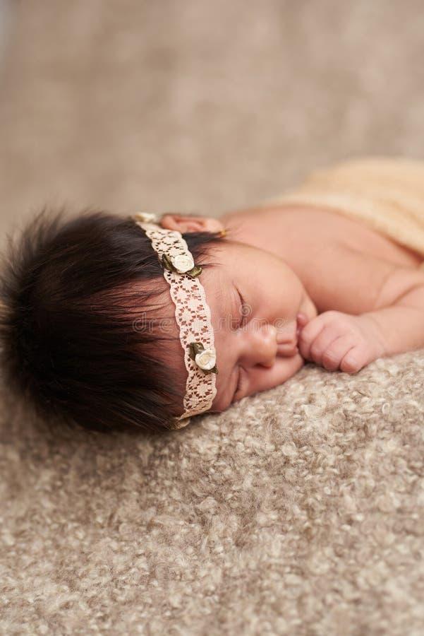 O sono recém-nascido e suga a mão fotos de stock