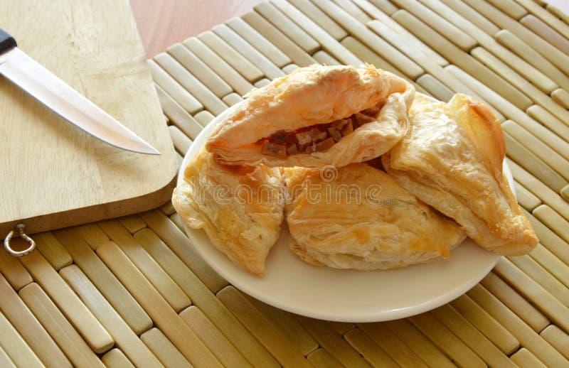 O sopro friável encheu a salsicha de carne de porco e esmagou o feijão com bloco de madeira da costeleta foto de stock royalty free