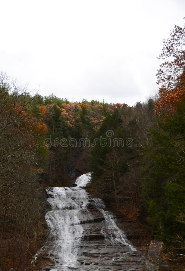 O soro de leite coalhado cai, Ithaca NY no outono atrasado com folhagem de outono imagens de stock royalty free